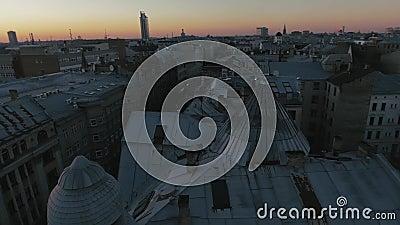 Rotation épique de dessus de toit dans un coucher du soleil 4K Riga banque de vidéos