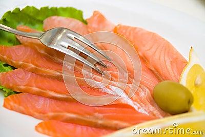 Rote Fische mit Zitrone