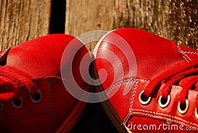 Rote Freizeit-Schuhe
