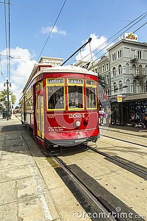 Rote Laufkatzenstraßenbahn auf Schiene Redaktionelles Stockbild
