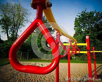 Rote Schwingen-Stangen auf Spiel-Struktur im Freien