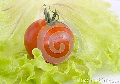 Rote Tomate auf einem Blatt des Kohls
