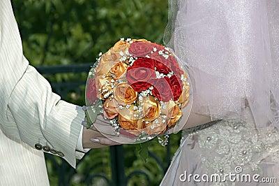 Roter, orange und weißer Hochzeitsblumenstrauß