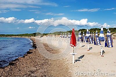 Roter Regenschirm auf dem Strand