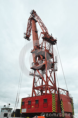 Roter und großer Kran des Hafens