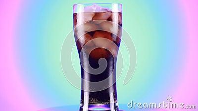 Roterat glas Cola fizzy Drycker isolerat på blå bakgrund arkivfilmer
