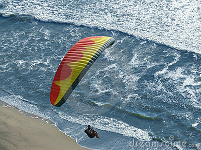 Rotes gelbes Segelflugzeug