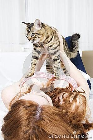 Rotes Haarmädchen mit einer Katze