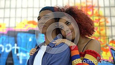 Rothaarige Teenagerin umarmt Freund Graffiti Hintergrund, Kultur stock video footage