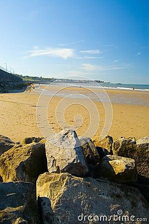 Rotsen, zand en rhos-op-overzees