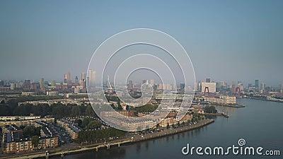 Rotterdam Skyline met Erasmus brug op zonsondergang in Rotterdam, Nederland stock footage