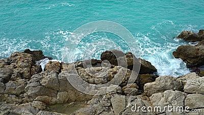 Rotura de las ondas en los acantilados costeros metrajes