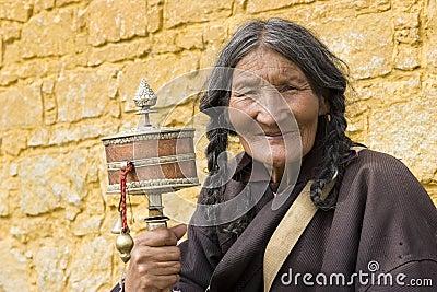 Roue de prière de fixation de femme âgée Image éditorial