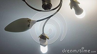 Rougeoyer a mené des lampes près du plafond banque de vidéos