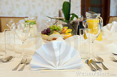 Round banquet table setting