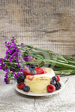 Round cake with fresh fruits