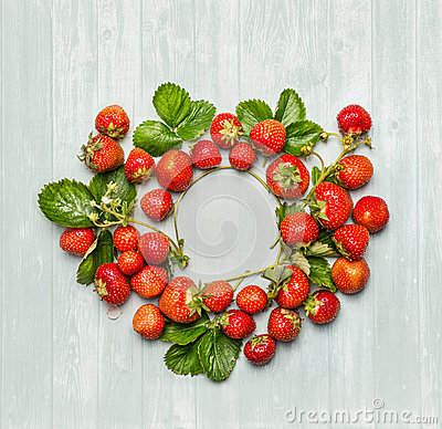 Free Round Circle Frame Of  Strawberries With Green Leaves And Flowers On Wooden Background, Top View Stock Photos - 56529153