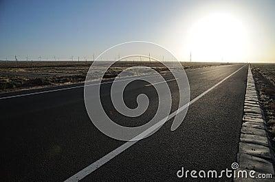 Route droite au lever de soleil