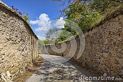 Route entre les murs en pierre