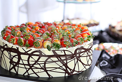 Row of individual serving of desserts whit strawb