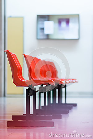Free Row Of Red Plastic Chairs In Hospital Royalty Free Stock Images - 93032639