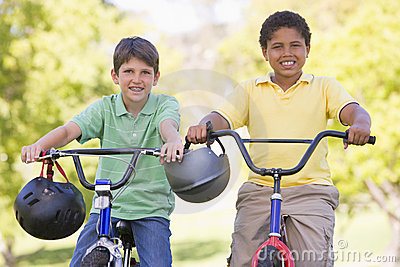 Rower na zewnątrz chłopca uśmiecha dwa młode