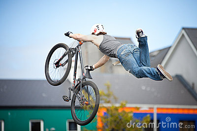 Roweru bmx chłopiec skokowa góra Obraz Editorial