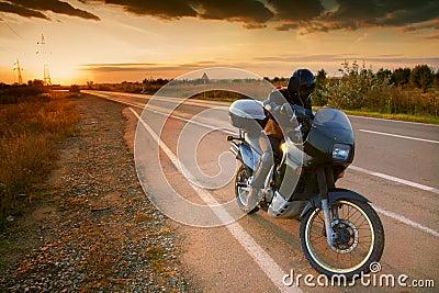 Rowerzysty motocyklu drogi zmierzch