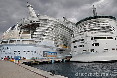 Royal Caribbean s Allure of the Seas & Mariner of the Seas Editorial Photo