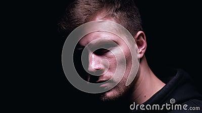 Rozczarowany mężczyzna patrzeje w kamerę odizolowywającą na czarnym tło stresu pojęciu zbiory wideo