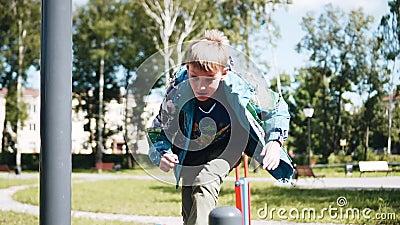 Rozochocona chłopiec bawić się na boisku Bieg w górę naprzód i skoki ?adni strza?y Wolny playback zbiory wideo