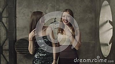 Rozochocony kokietuje kobiety flirtuje w noc klubie zbiory