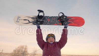 Rozochocony starej kobiety wydźwignięcie w górę snowboard na śnieżnym skłonie przy zima kurortem zbiory wideo