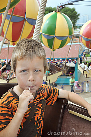 Rozrywkowy chłopiec carrousel trochę park