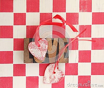 Rött och vit kontrollerar med hjärtor, och förälskelse uttrycker