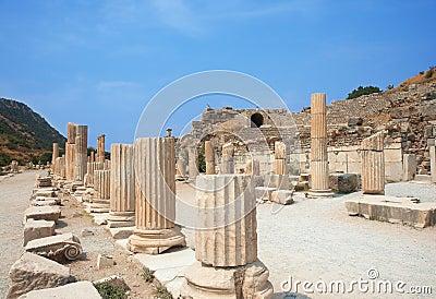 Ruínas das colunas na cidade antiga de Ephesus