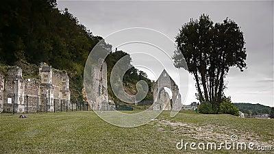 Ruínas do convento de Beaumont le Roger, Normandy França video estoque