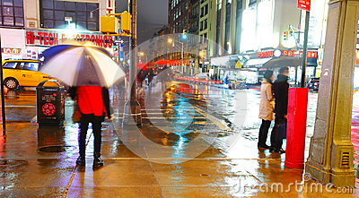 Rua de Manhattan em a noite Foto Editorial