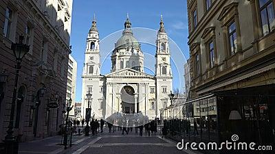 Rua de Zrinyi com Basilicain Budapest_ Hungria de St Stephen vídeos de arquivo