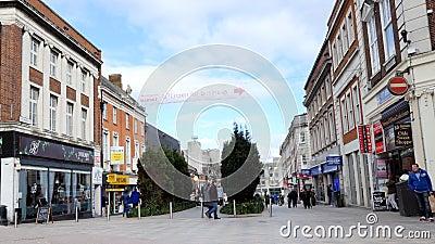 Rua do pedestre do centro de cidade de Warrington video estoque