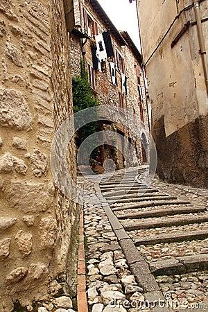 Rua estreita entre edifícios