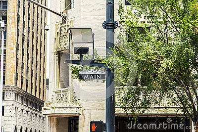 Rua principal de sinal de rua dentro na cidade
