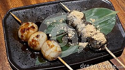Ruch Japoński styl piec na grillu dango grilla i sezamu kumberland na stole zdjęcie wideo