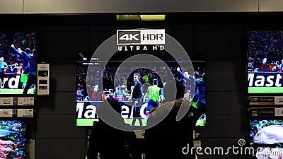 Ruch ludzie przyglądającego nowego tv wśrodku Najlepszy zakupu sklepu zbiory wideo