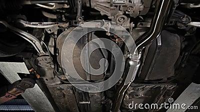 Ruchome ujęcie dźwigu ujawnia podwozie pojazdu w garażu służbowym samochodu zbiory