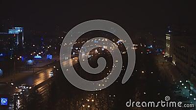Rue la nuit avec conduire des voitures, lumières, réverbères - timelapse banque de vidéos