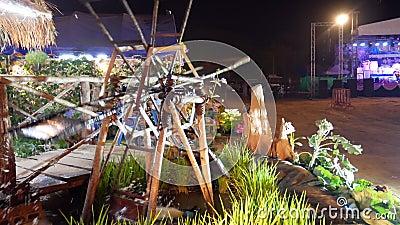 Rueda de madera de bambú rota en el festival nocturno de Tailandia almacen de video