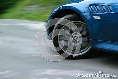 Rueda delantera del coche de deportes que hace girar y que da vuelta