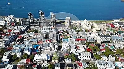 Rues de centre-ville de Reykjavik remblai côtier et port Enregistrement vidéo aérien de bourdon banque de vidéos