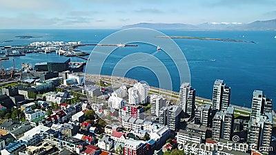 Rues de centre-ville de Reykjavik remblai côtier et port Vol aérien d'enregistrement vidéo de bourdon Vue à partir du dessus banque de vidéos
